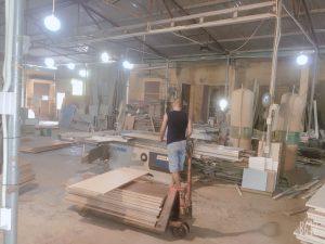 Người thợ đang xử lý các tấm gỗ công nghiệp